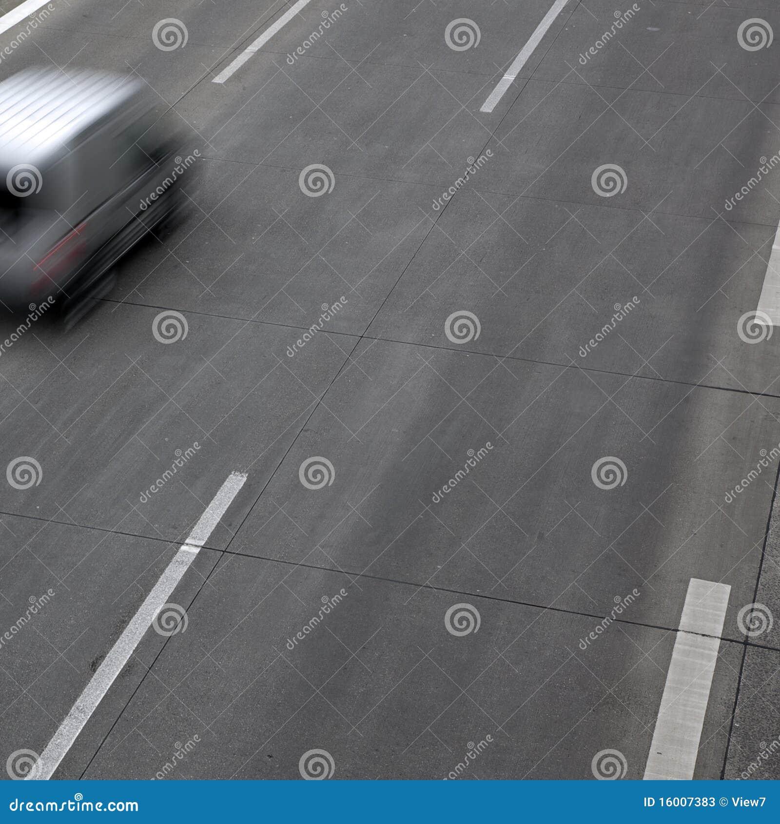 Carro de pressa na estrada