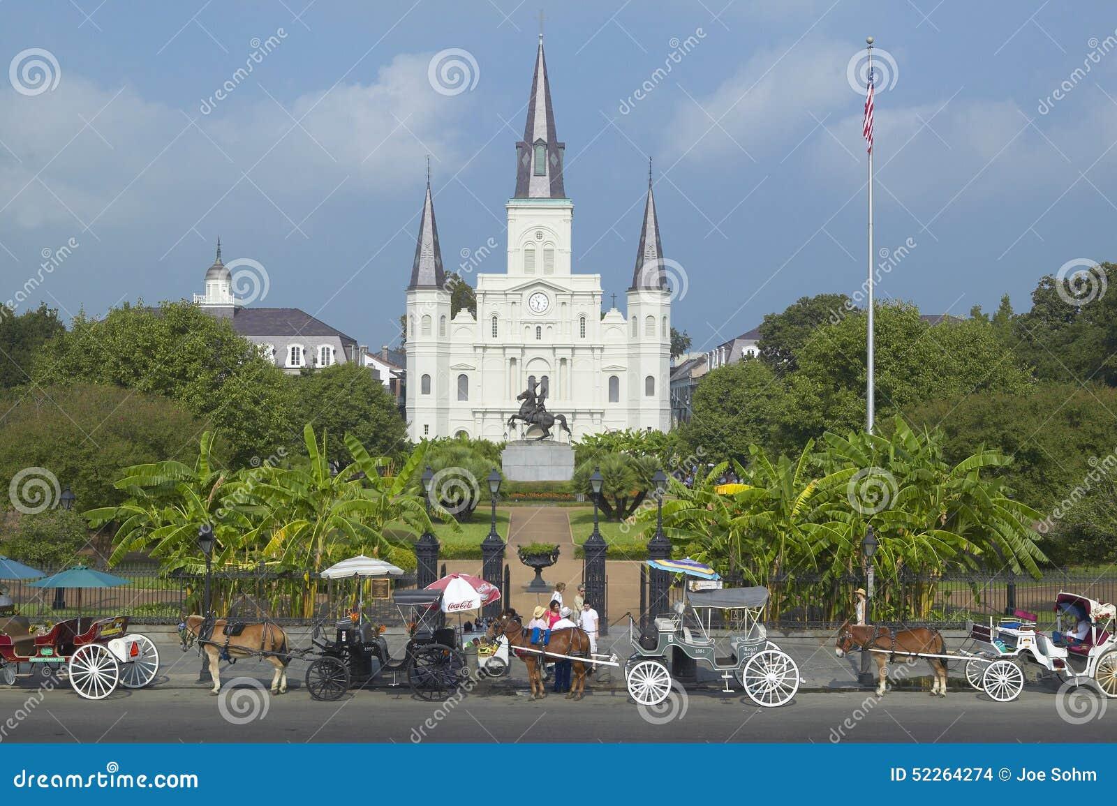Carro del caballo y turistas delante de Andrew Jackson Statue y de St Louis Cathedral, Jackson Square en New Orleans, Luisiana