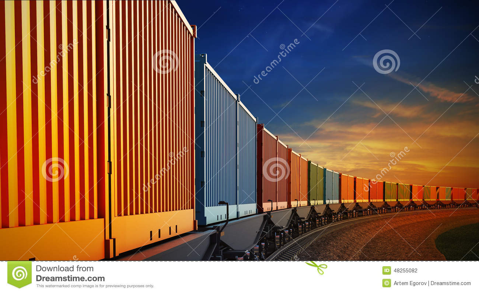 Carro del tren de carga con los envases en el fondo del cielo