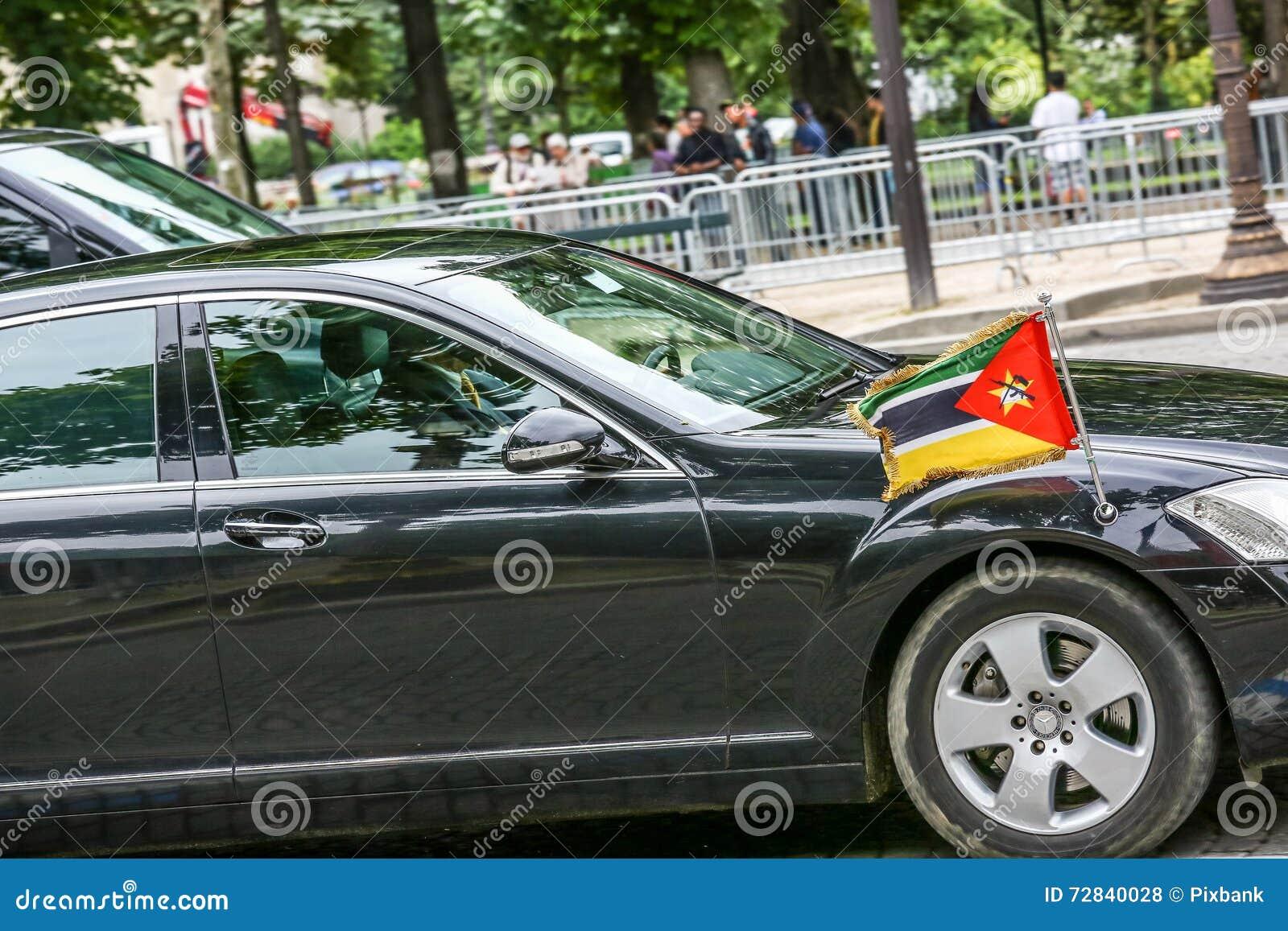 Carro diplomático de Moçambique durante a parada militar ( Defile) no dia ( da república; Bastille Day) EL dos campeões