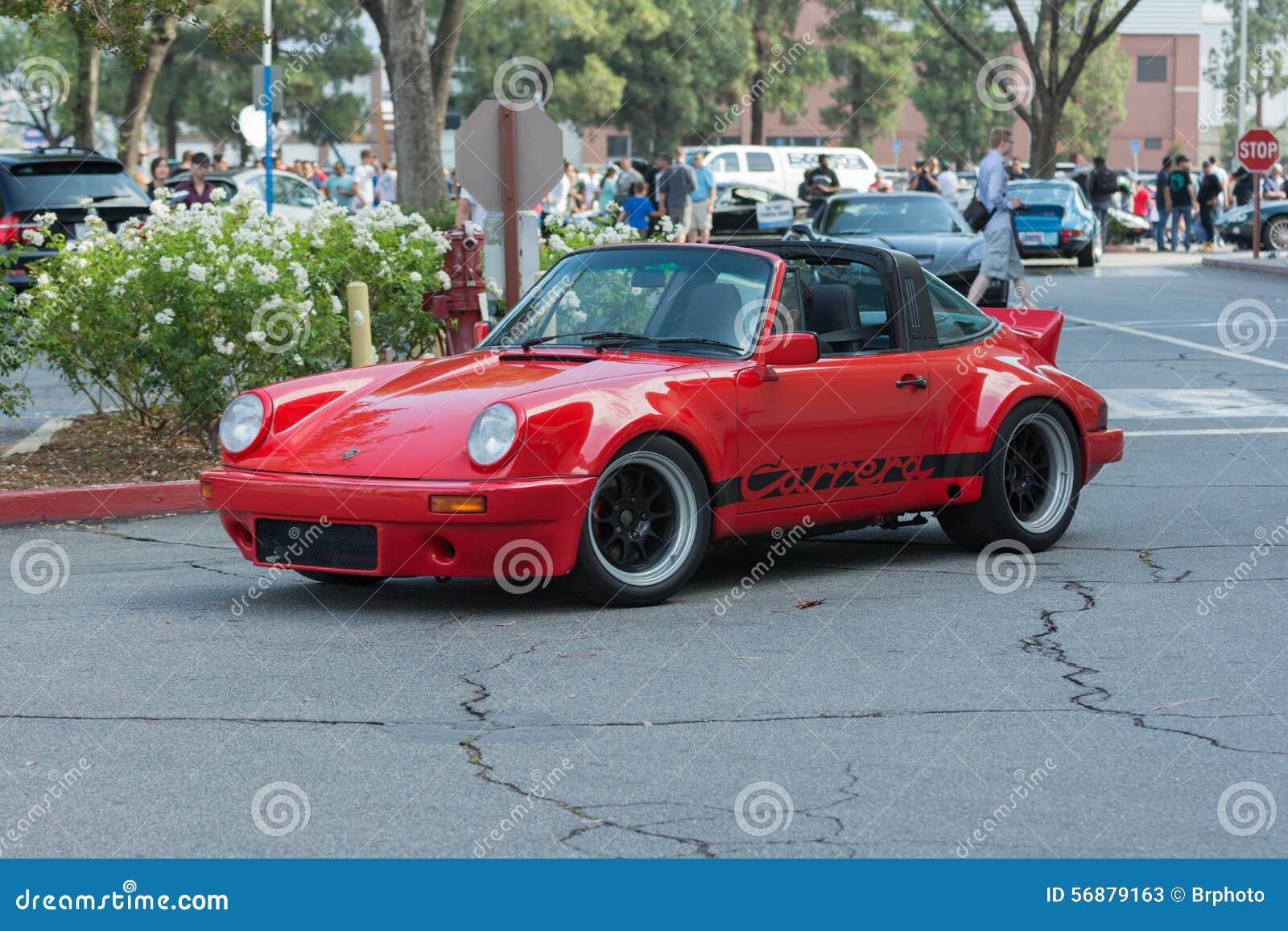 Carro do Cabriolet de Porsche 911 Carrera na exposição