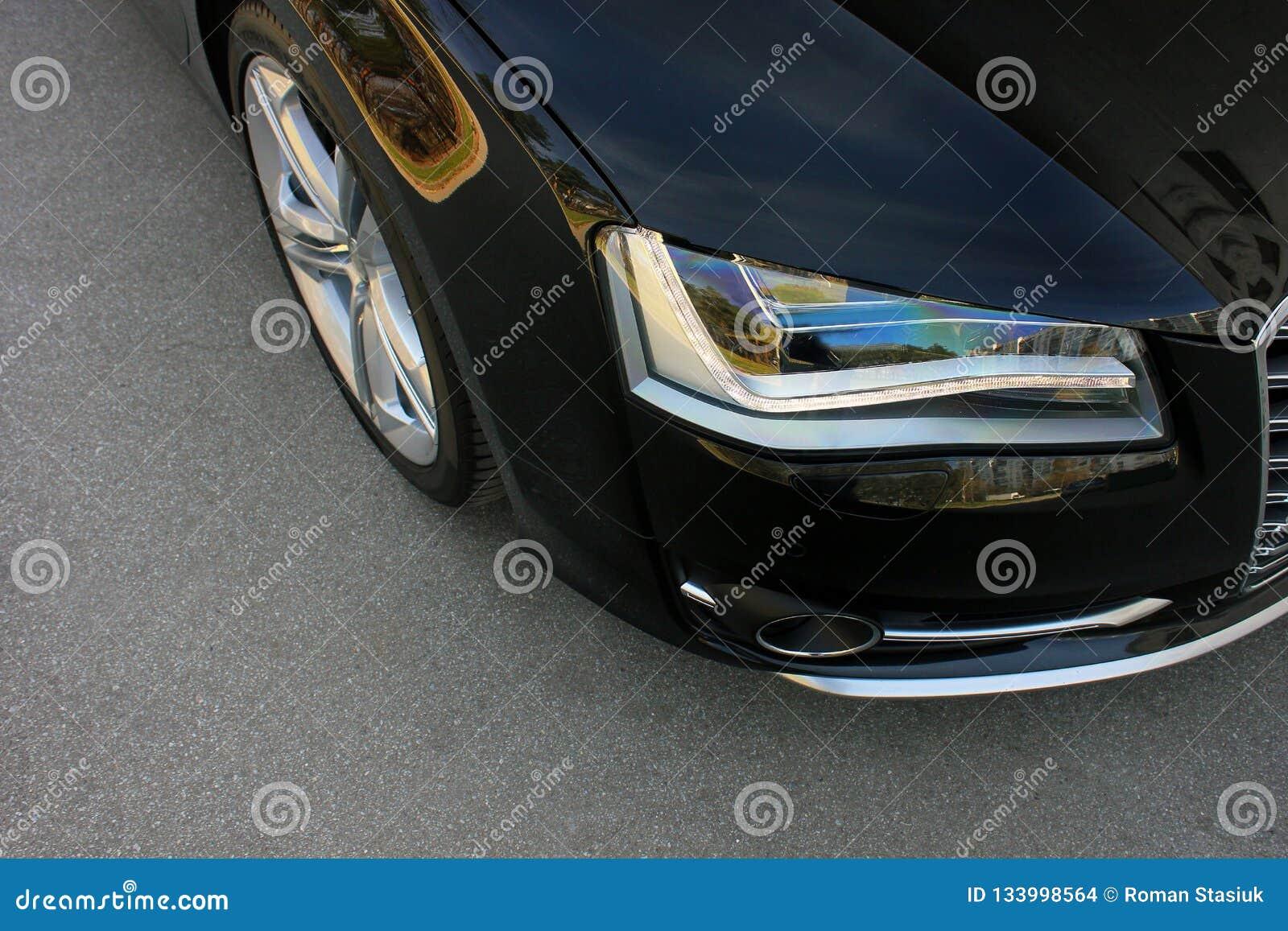 Carro do preto da parte no fundo do asfalto ajustar Carro luxuoso alaranjado