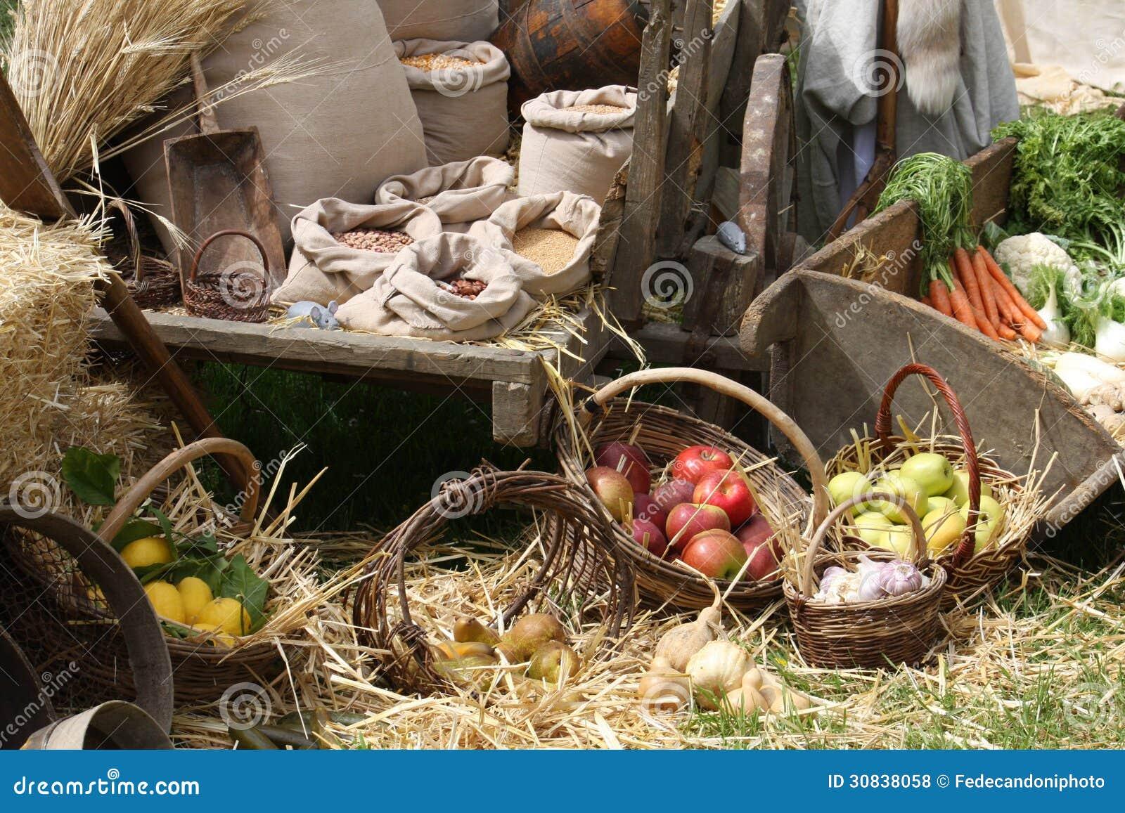 Carro e cestas com frutas e legumes para a venda em foto - Carro de frutas ...
