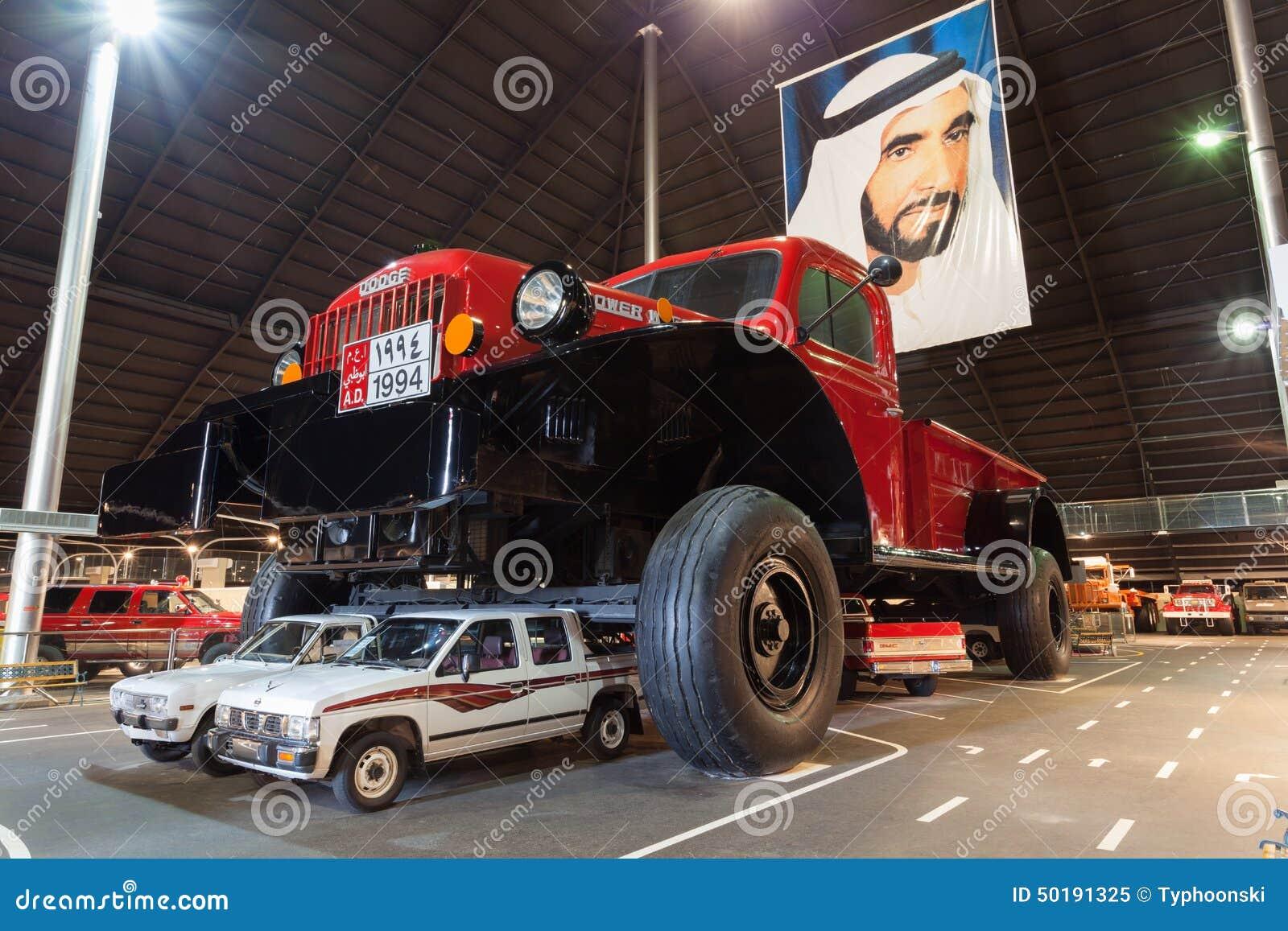 Carro gigante del poder de Dodge en Abu Dhabi