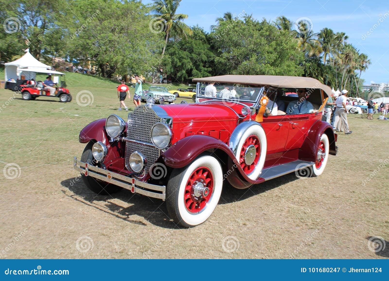 Carro luxuoso americano antigo conduzido