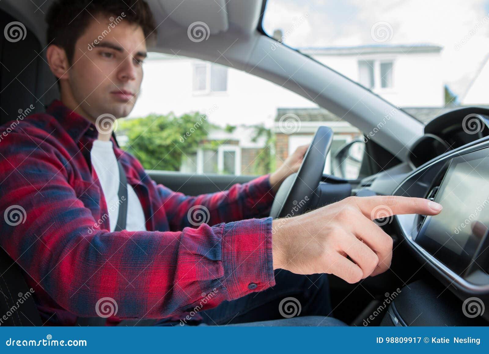 Carro masculino de Using Touchscreen In do motorista