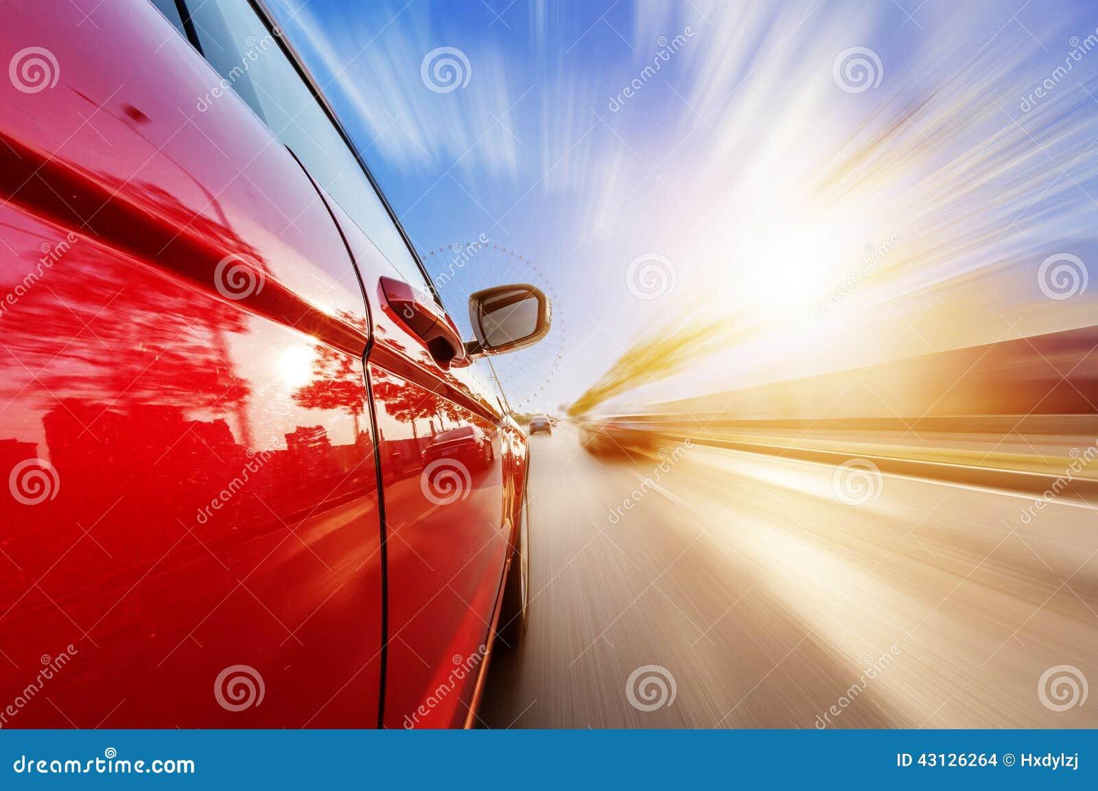 Carro na estrada com fundo do borrão de movimento