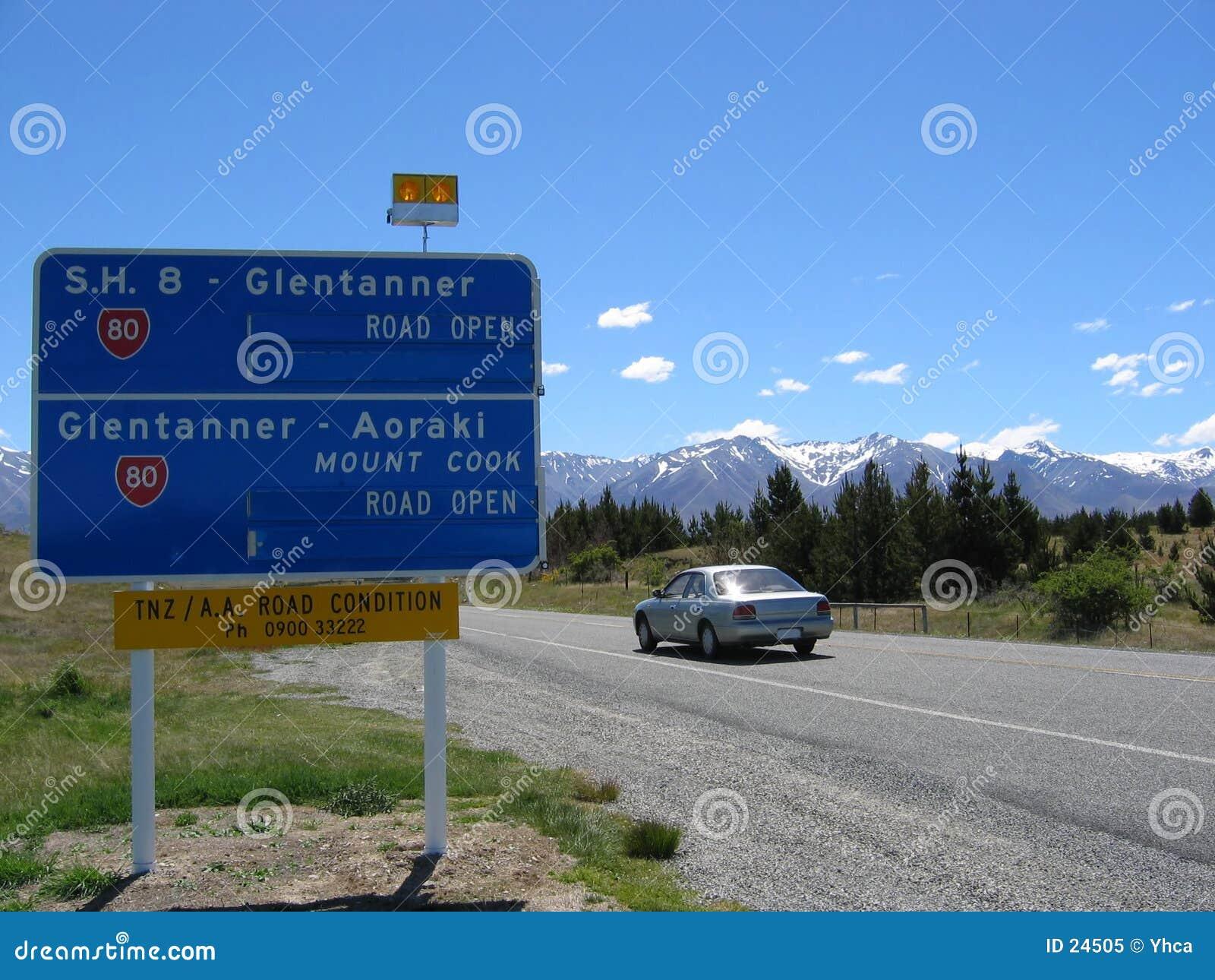 Carro na estrada de Nova Zelândia