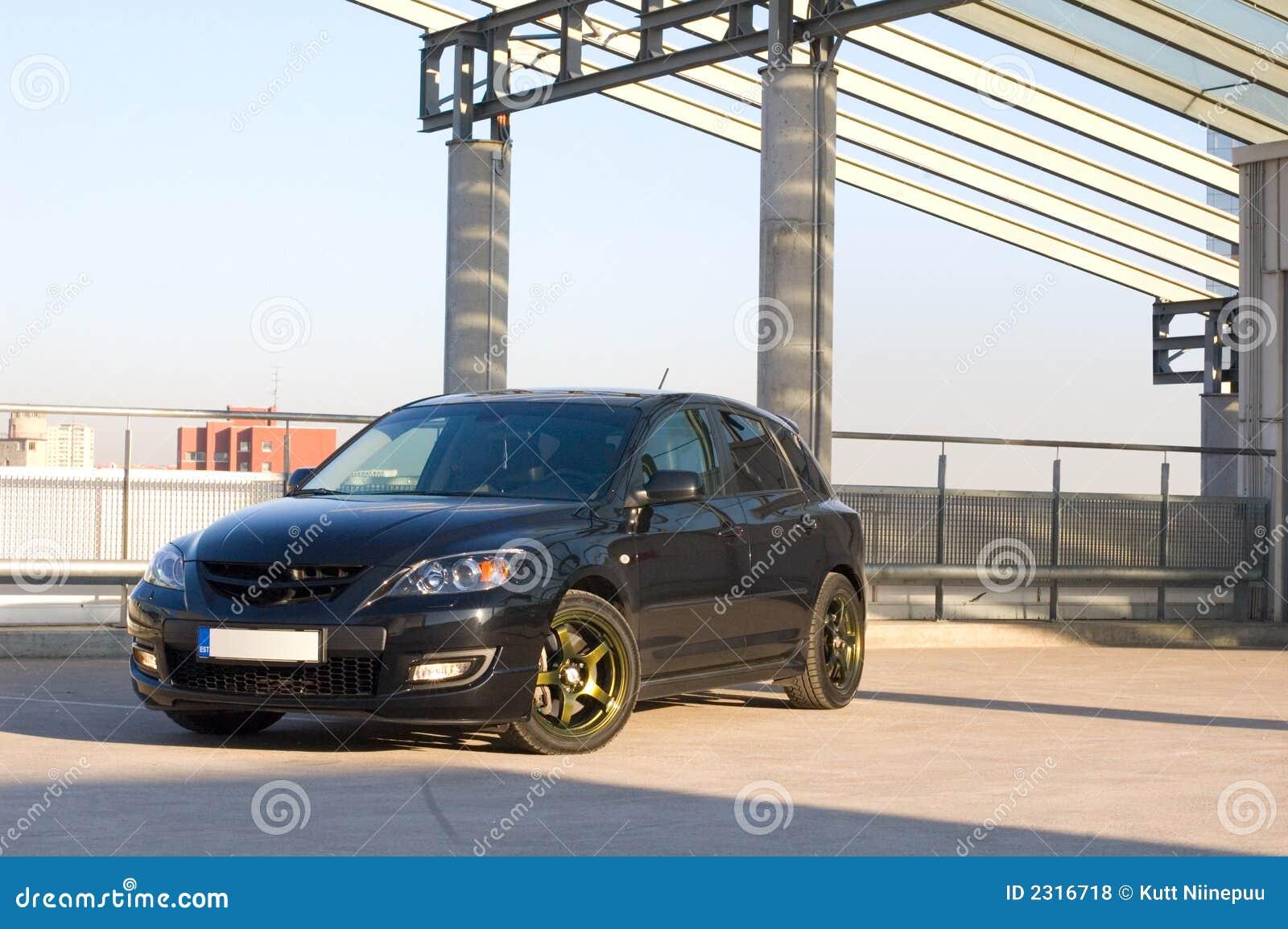 Carro no lote de estacionamento