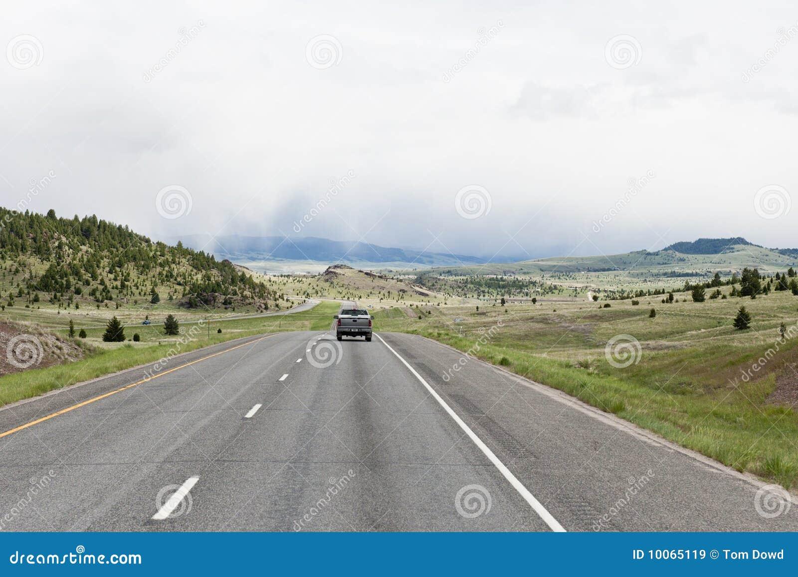 Carro que viaja na estrada