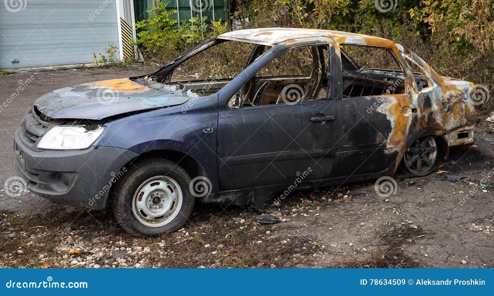 Carro queimado abandonado 2