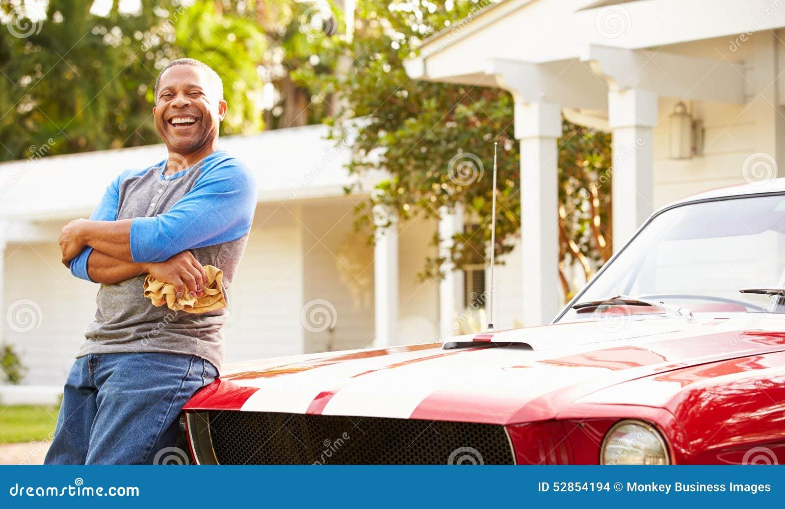 Carro restaurado limpeza aposentado do homem superior