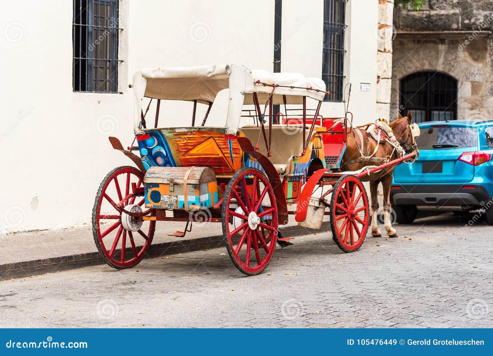 Carro retro con un caballo en una calle de la ciudad en Santo Domingo, República Dominicana Copie el espacio para el texto