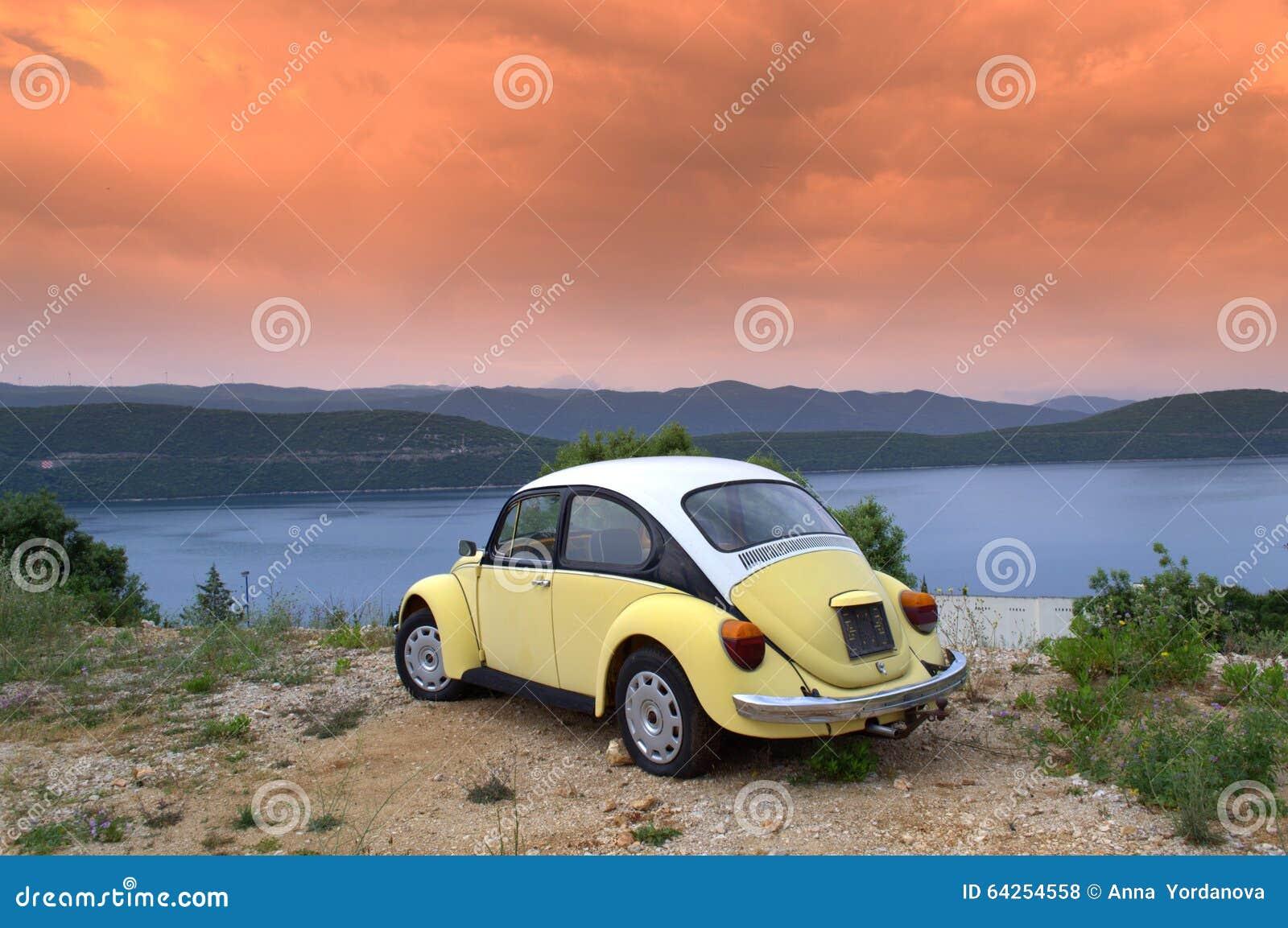 Carro retro na costa do nascer do sol
