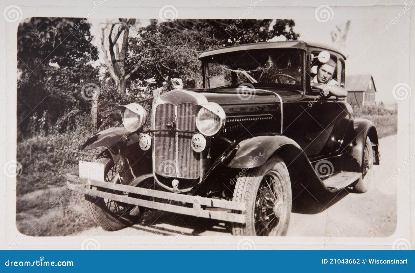 Carro velho do modelo T da movimentação do homem novo da fotografia do vintage