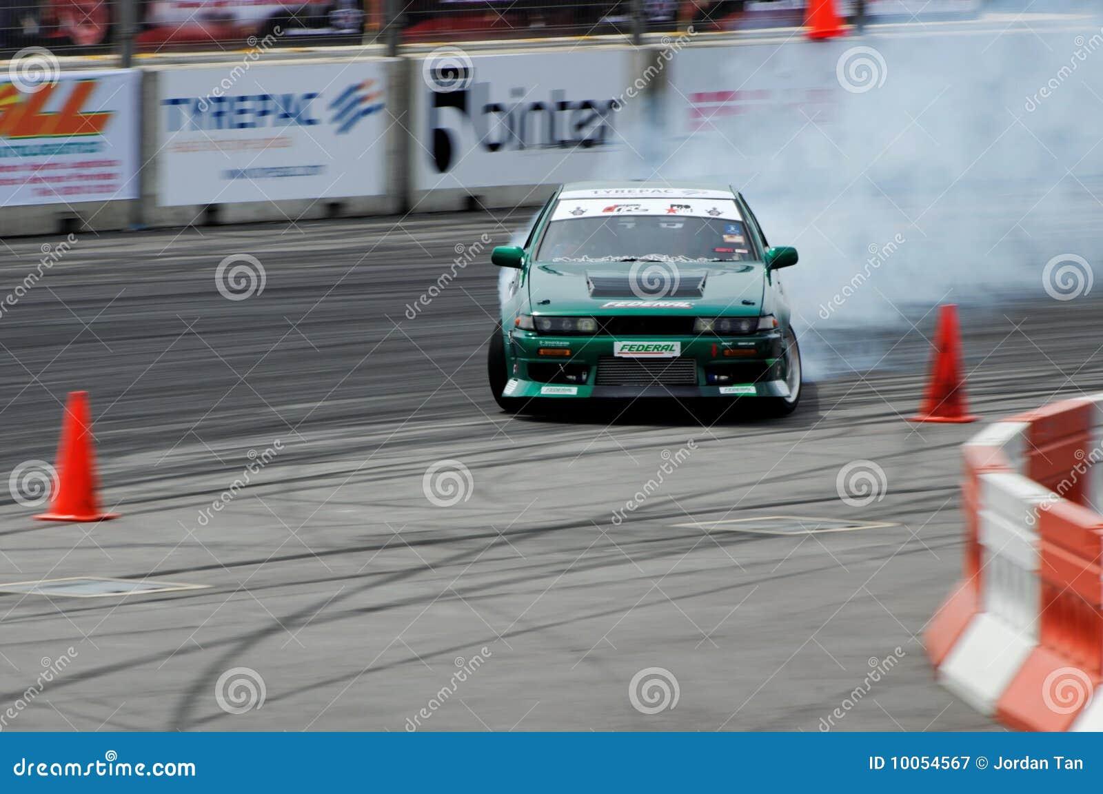 Carro verde que deriva durante a tração Singapore da fórmula