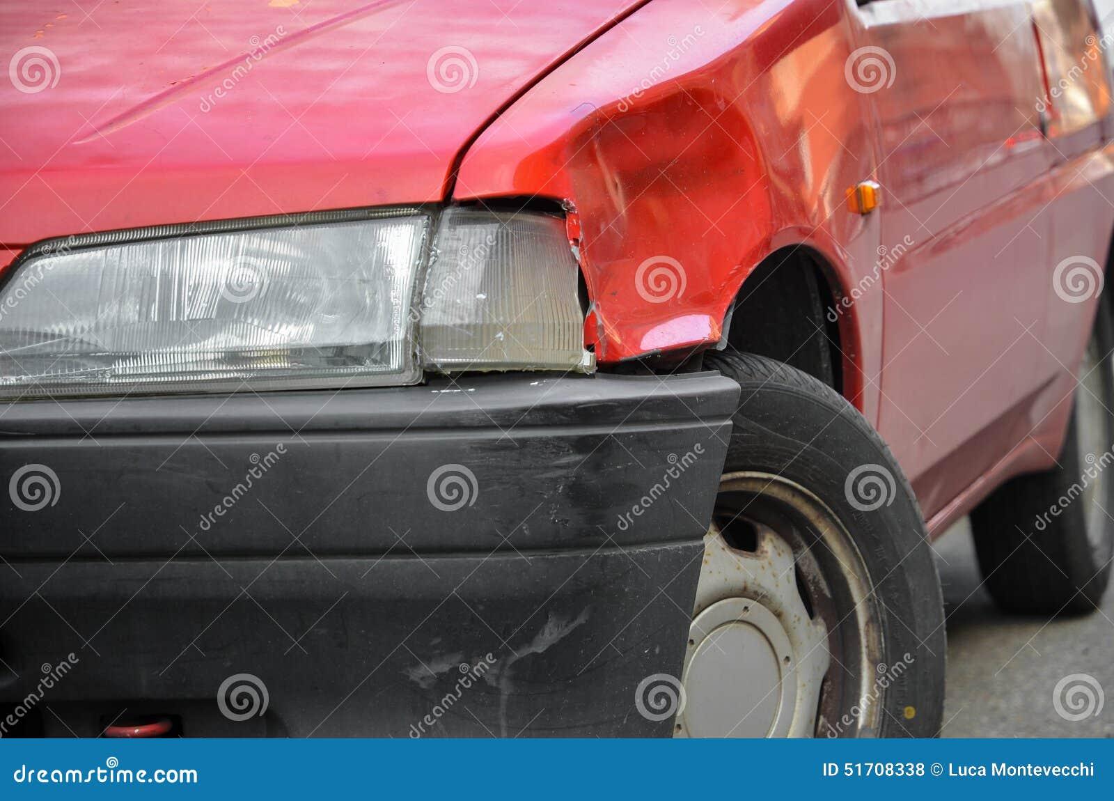Carro vermelho amolgado e riscado