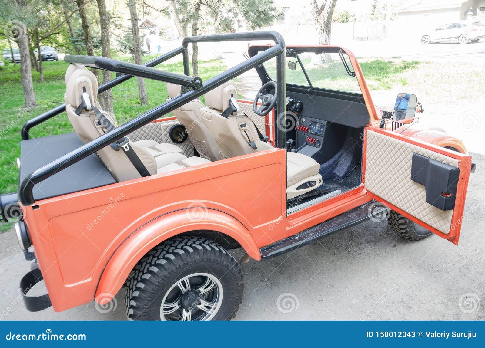 Carro vermelho com parte superior aberta