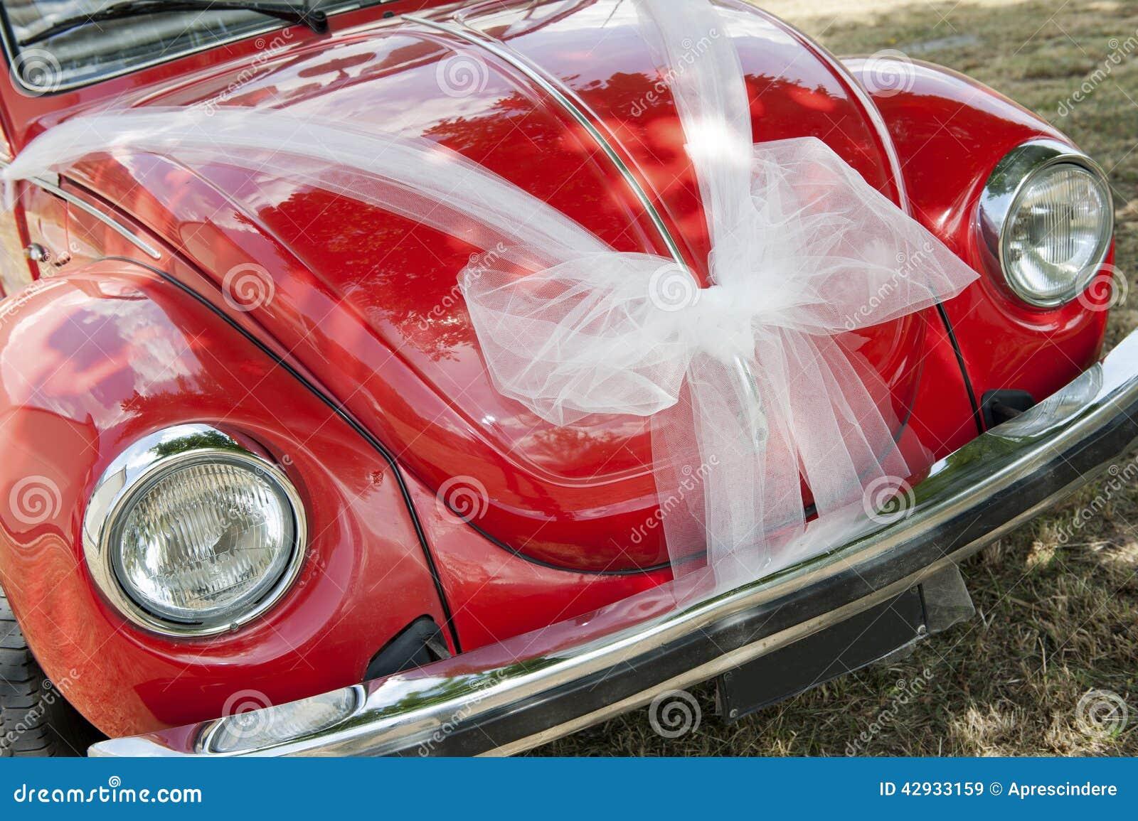 Carro vermelho do casamento