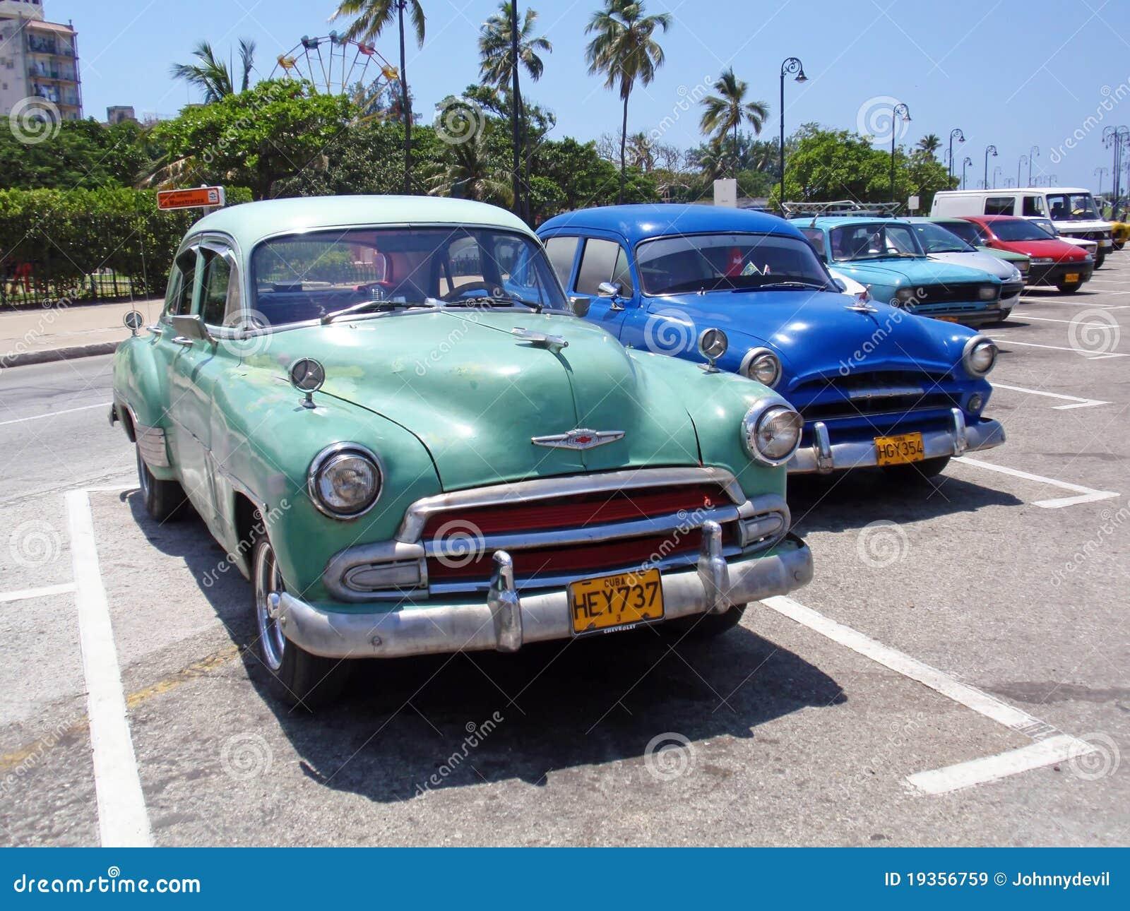 Carros coloridos em Havana, Cuba