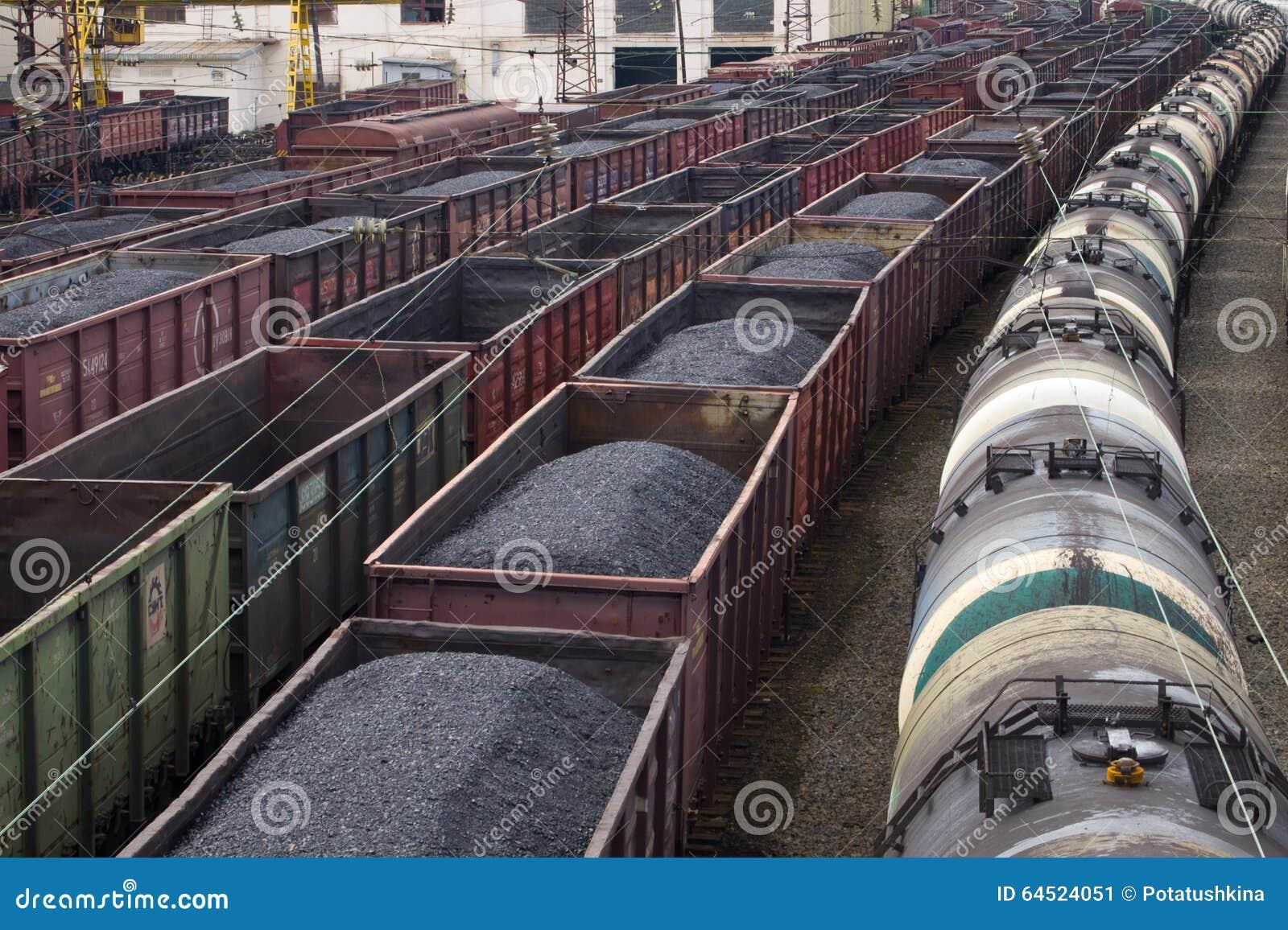 Carros com carvão e óleo da estação