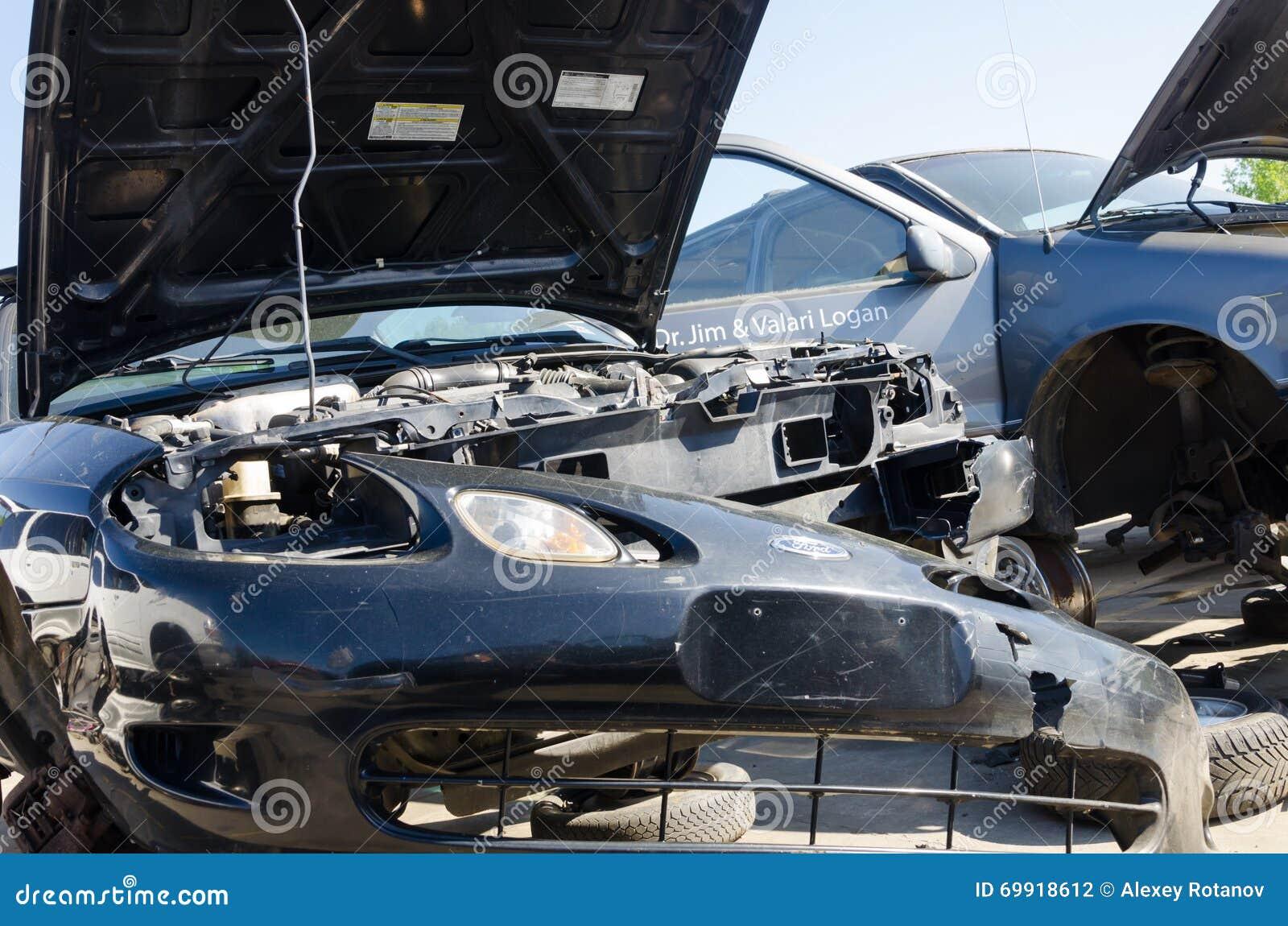 Carros danificados diferentes em uma jarda de sucata