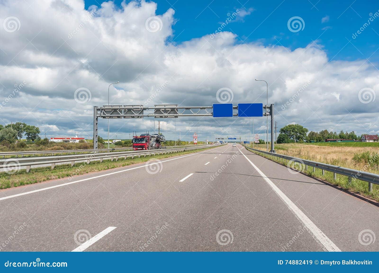 Carros e caminhões na estrada