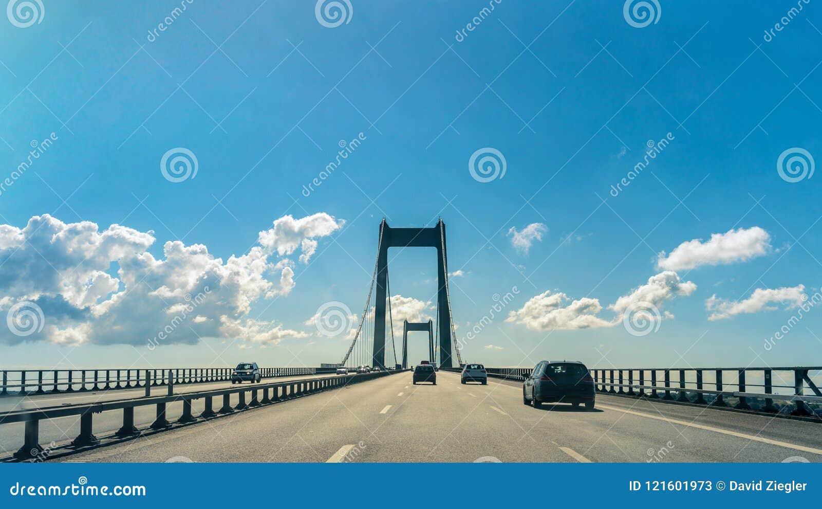 Carros na grande ponte da correia em Dinamarca