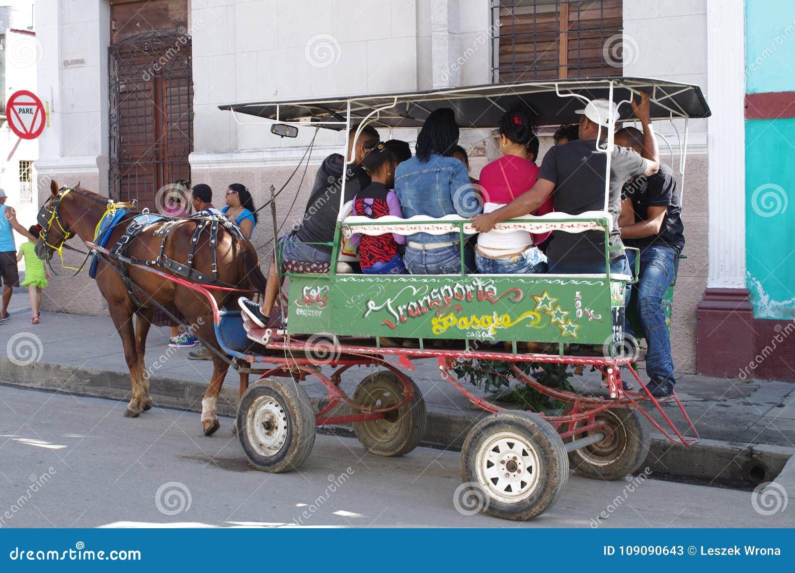 Carros traídos por caballo en Cuba