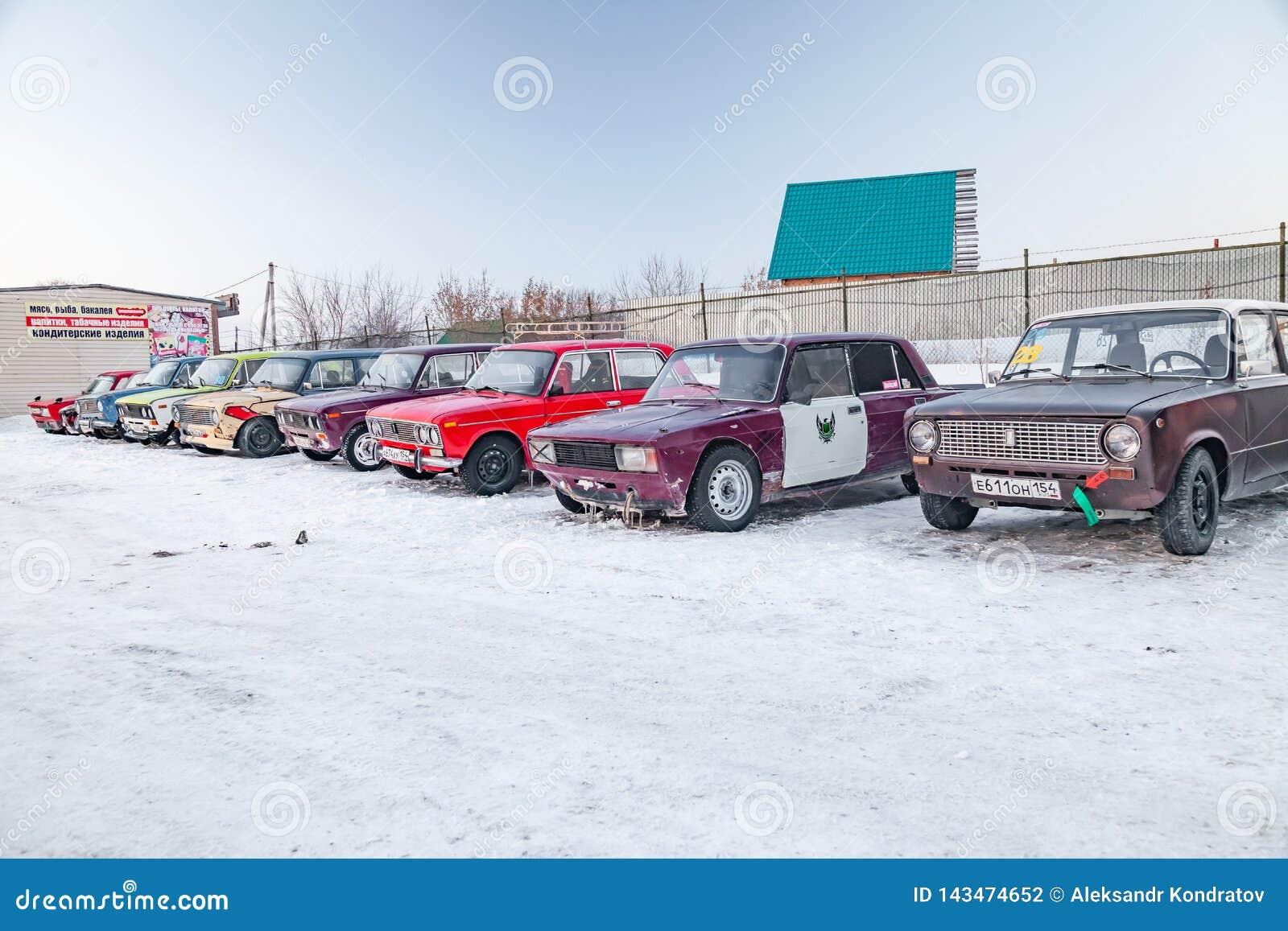 Carros velhos Lada 2101 e 2104 do russo preparados para a posição de competência na derivação de estacionamento e de espera e em