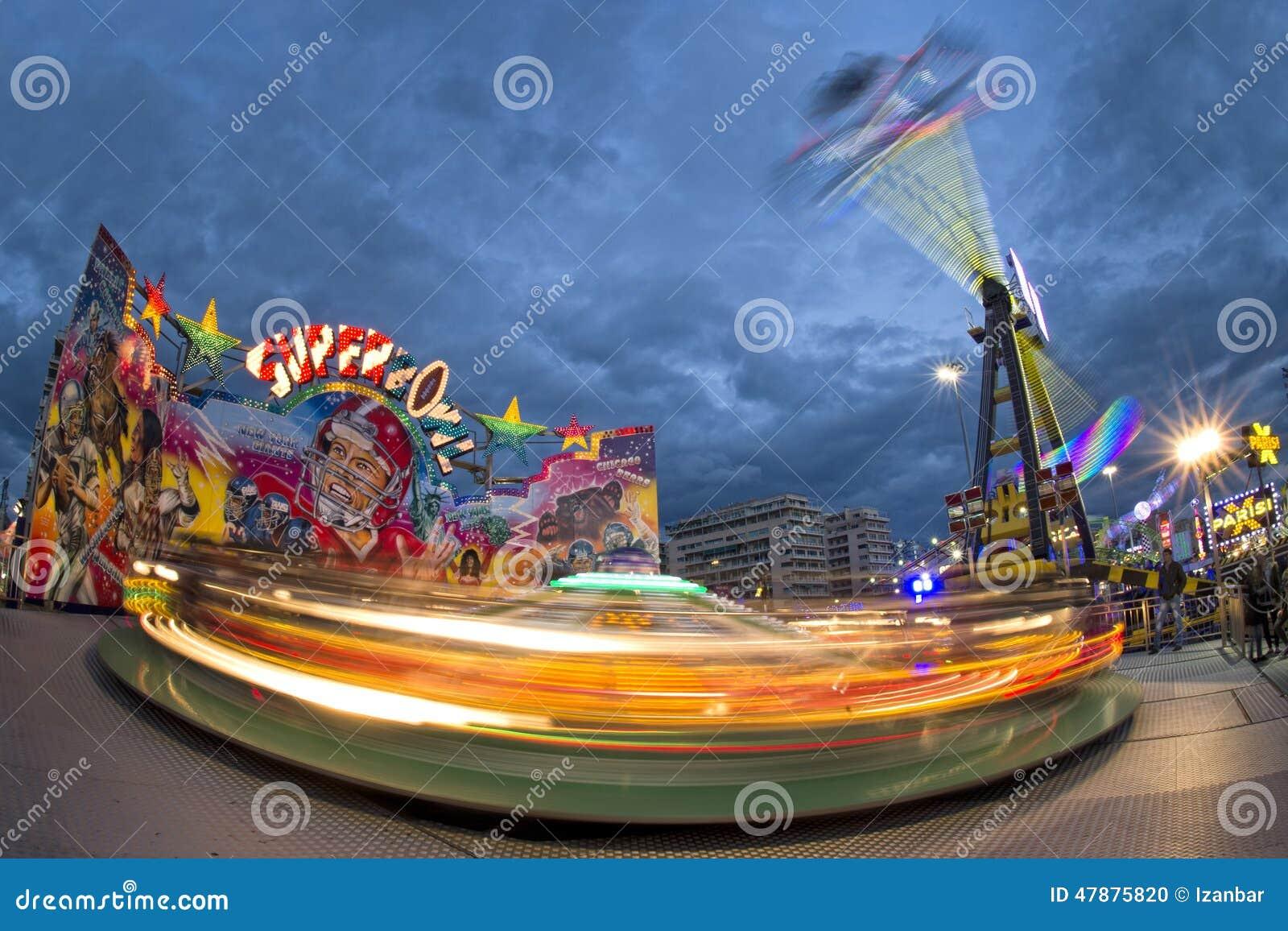 Carrossel movente de Luna Park do carnaval da feira de divertimento