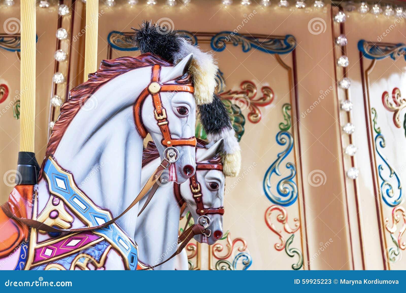 Carrousel! De paarden op uitstekend, retro vrolijk Carnaval gaan rond
