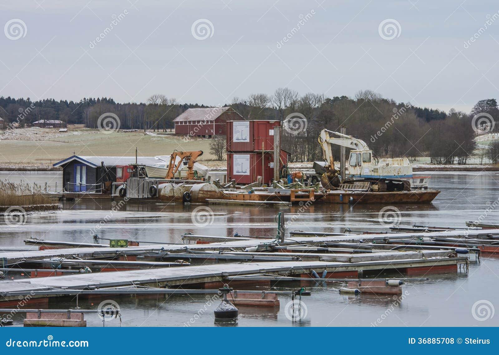 Download Carrozzina Del Fango Con L'escavatore E L'attrezzatura Fotografia Stock Editoriale - Immagine di litorale, bacino: 36885708