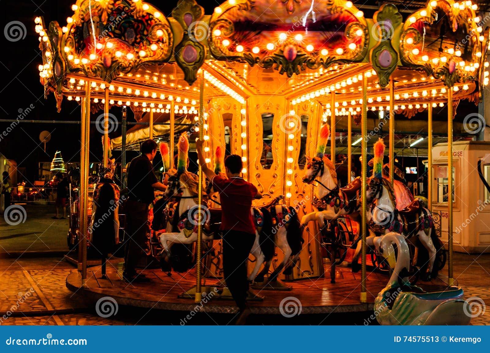 Carrusel en la noche en Funfair