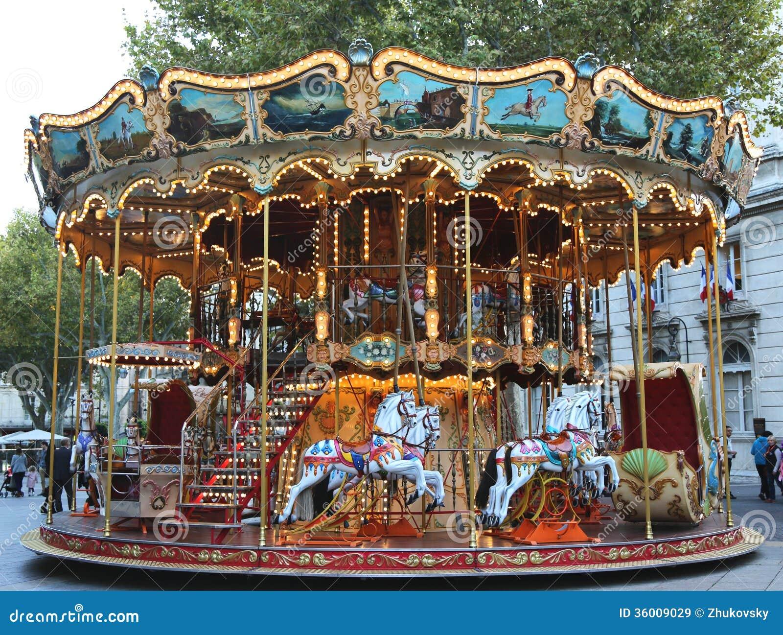 Carrusel tradicional del parque de atracciones en Aviñón, Francia
