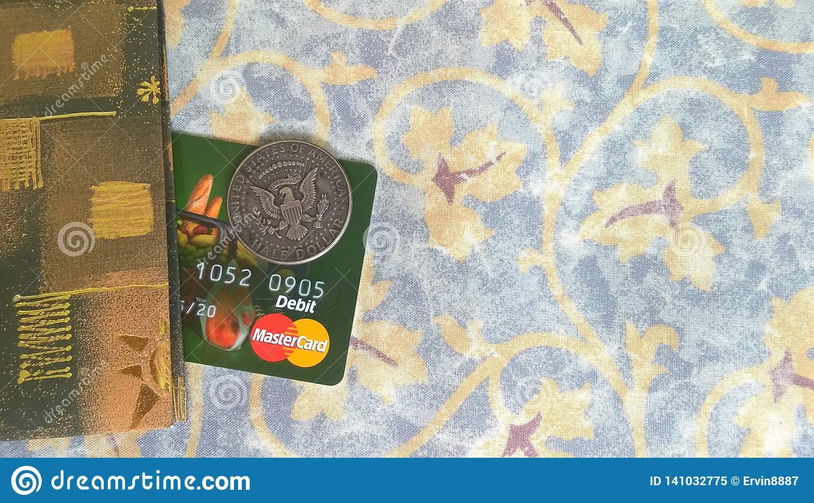 Cartão de banco de MasterCard e moeda do meio dólar