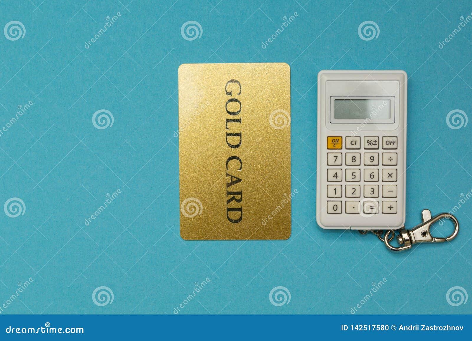 Cartão de crédito no fundo da calculadora no fundo azul