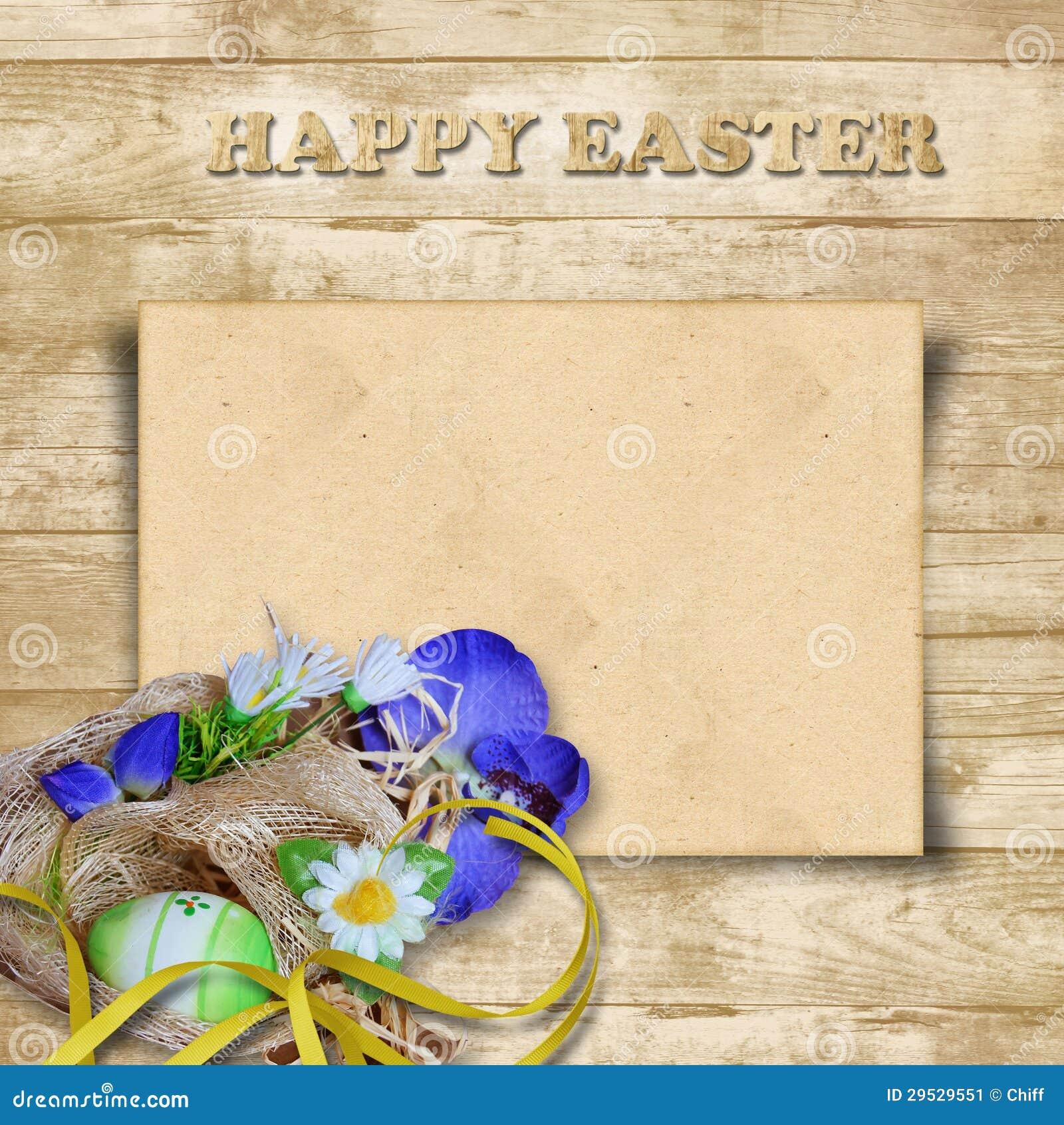 Cartão de Easter com o ninho com ovos em um fundo de madeira
