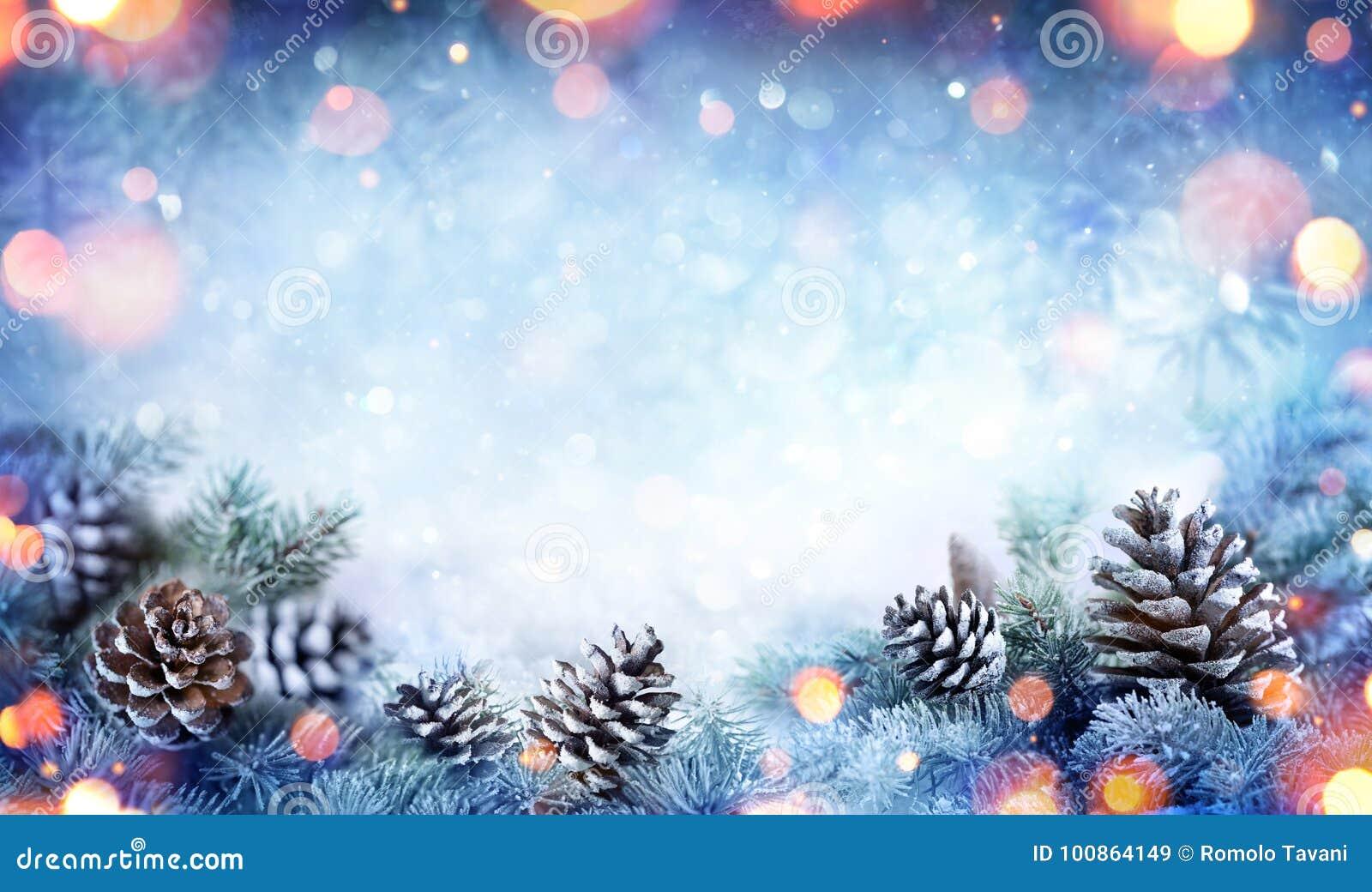 Cartão de Natal - ramo nevado do abeto com cones do pinho