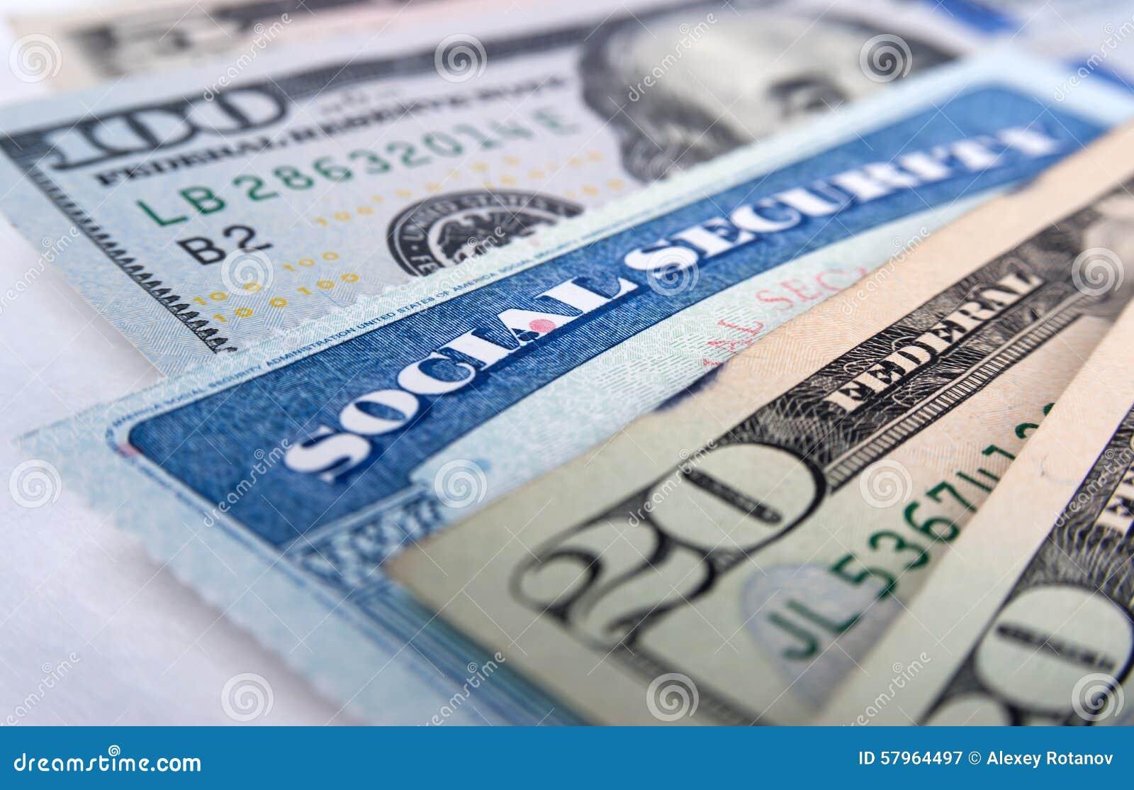 Cartão de segurança social e notas de dólar americanas