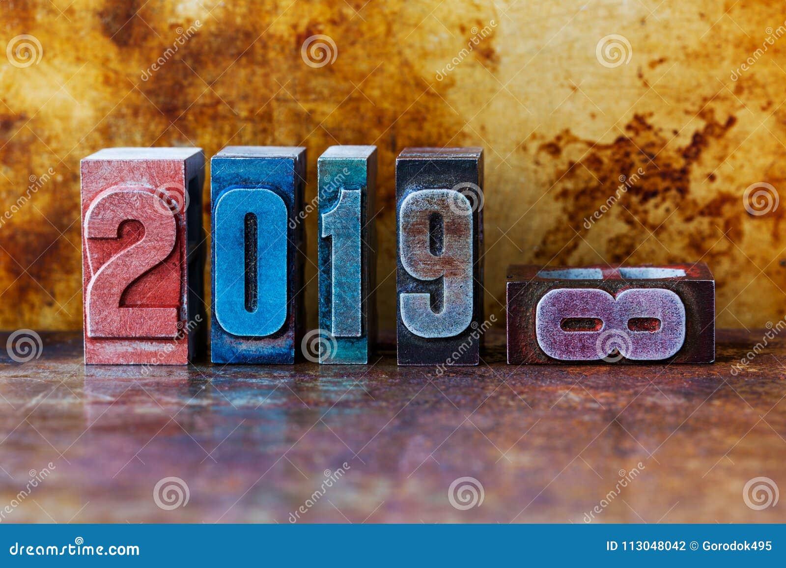 Cartão do ano 2019 novo feliz Feriados de inverno coloridos do símbolo dos dígitos da tipografia Xmas retro criativo do projeto d