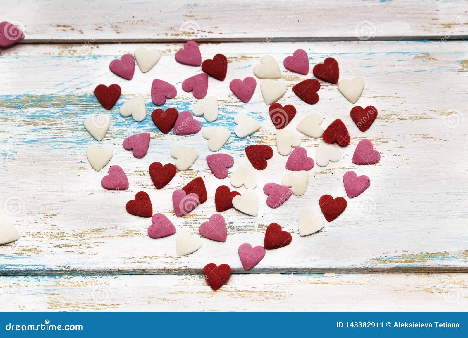 Cartão do Valentim dos queridos no fundo de madeira