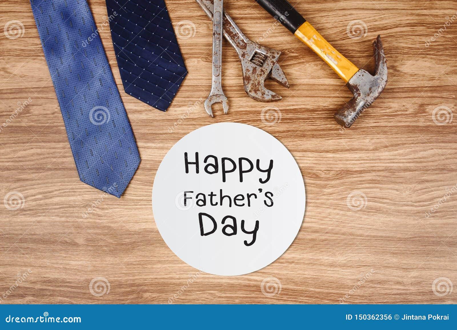 Cartão feliz do dia de pai com as ferramentas e o laço oxidados velhos