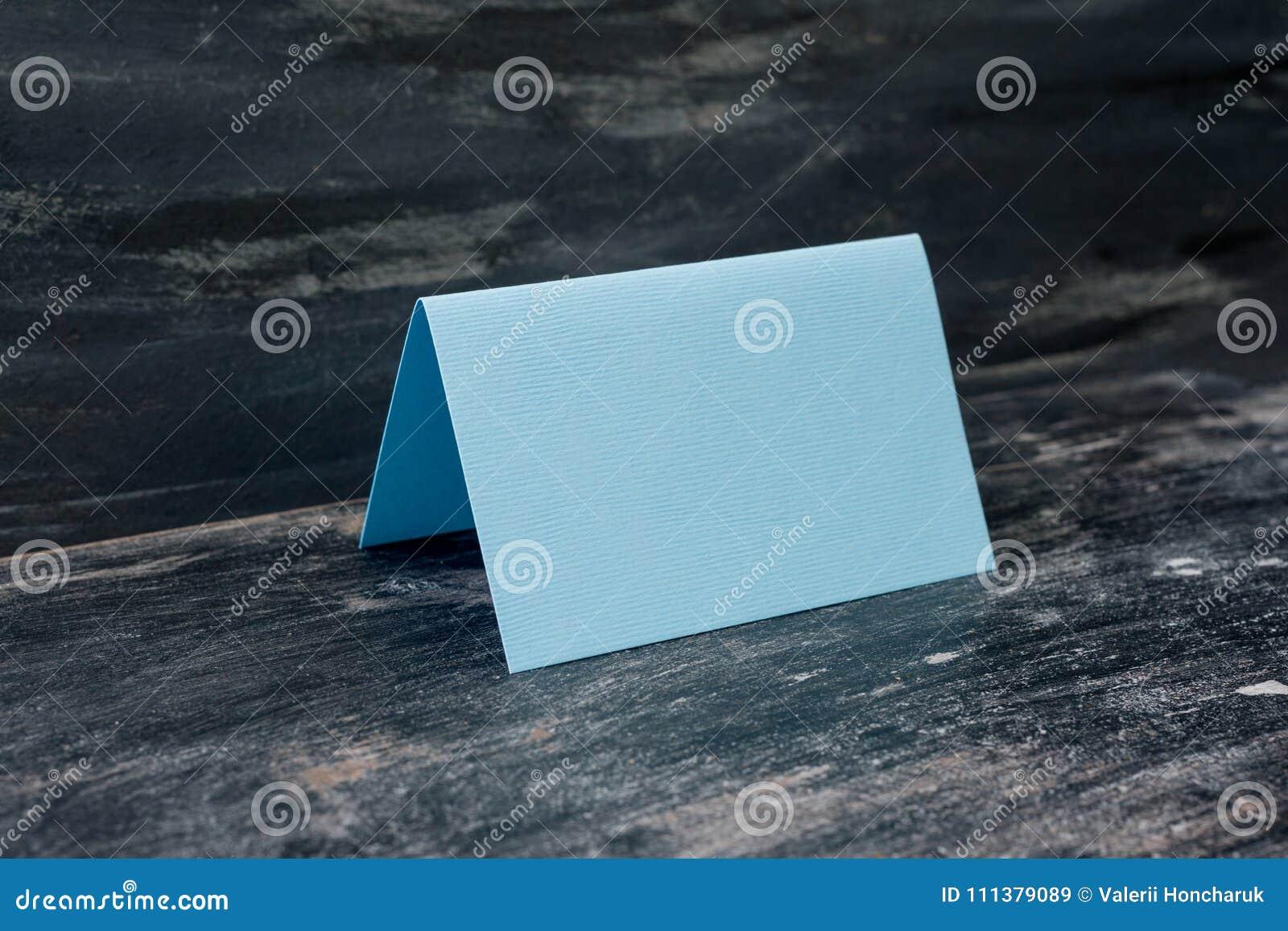 Cartão vazio azul na tabela Fundo escuro