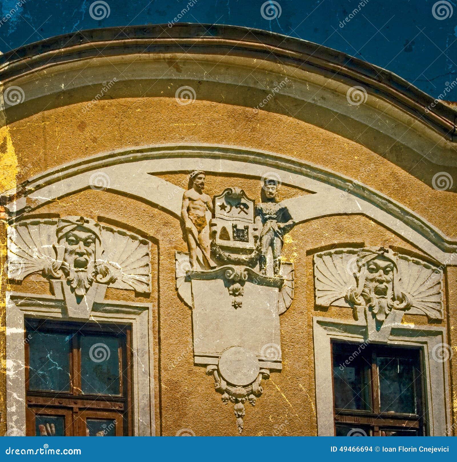 Cartão velho de uma construção histórica Caransebes, Romênia