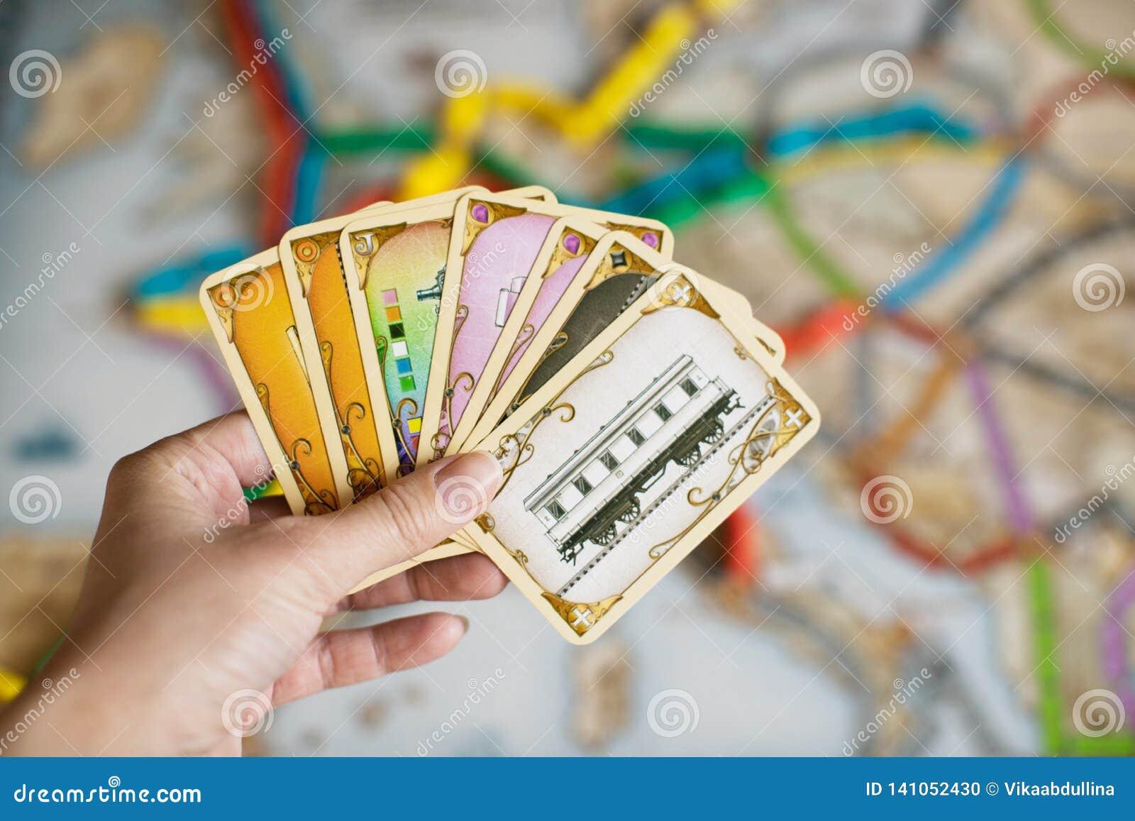 Cartões da posse da mão do bilhete para montar o jogo