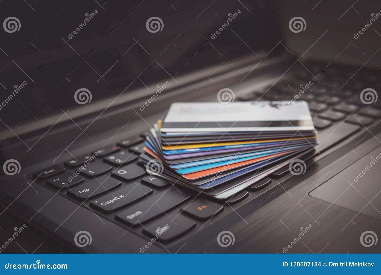 Cartões de crédito no teclado de computador