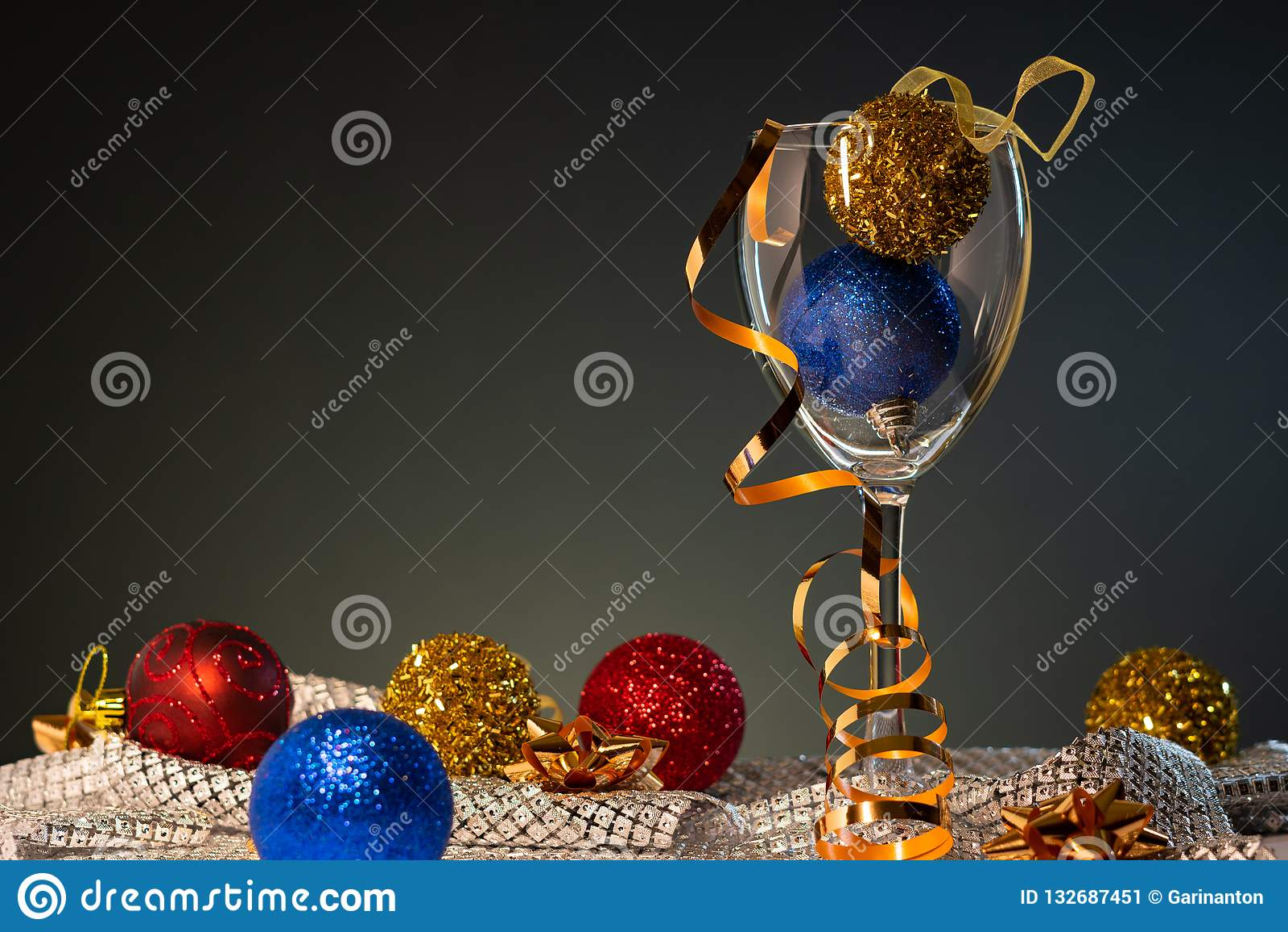 Cartões de Natal Vidro de vinho com as decorações vermelhas, do azul e do ouro do Natal