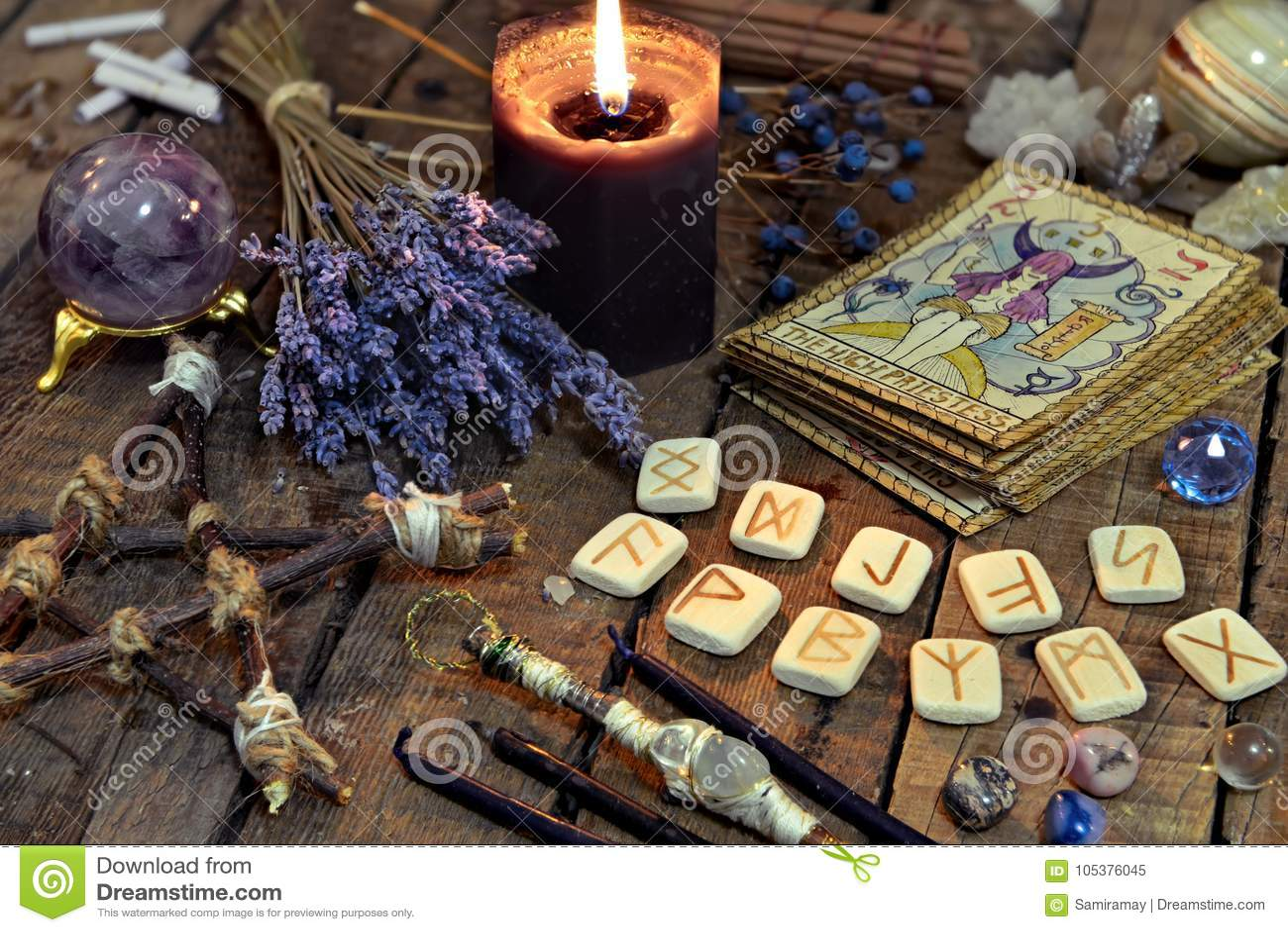 Cartões de tarô, runas antigas, vela preta e pentagram
