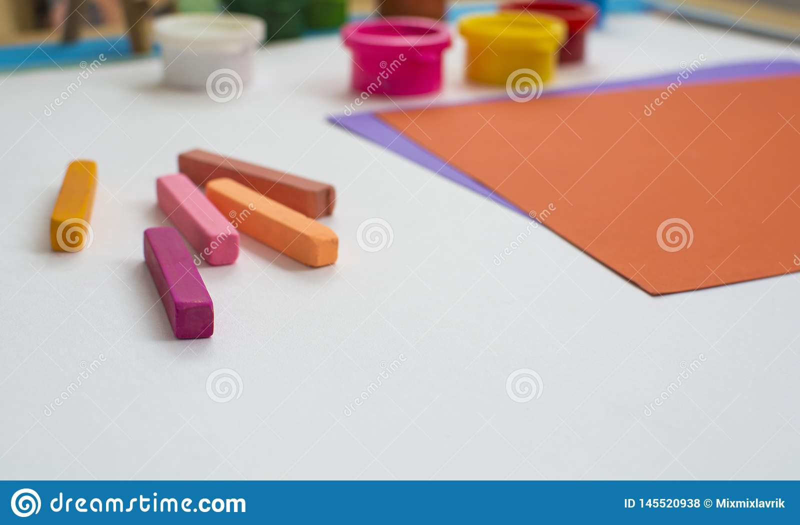 Carta colorata e pitture sulla tavola